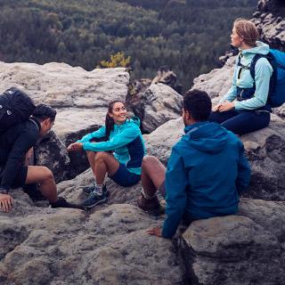 Groupe de randonneurs assis sur un rocher