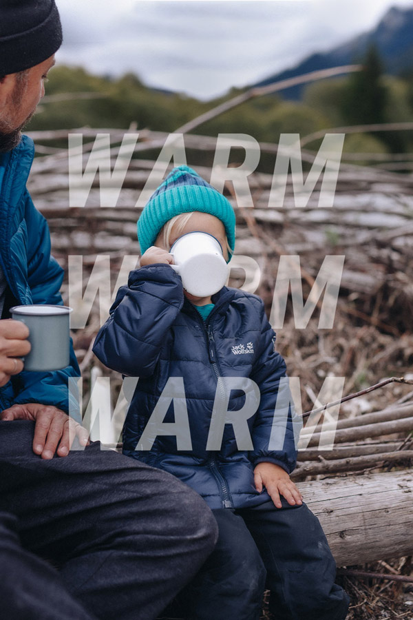 Un enfant boit une boisson chaude