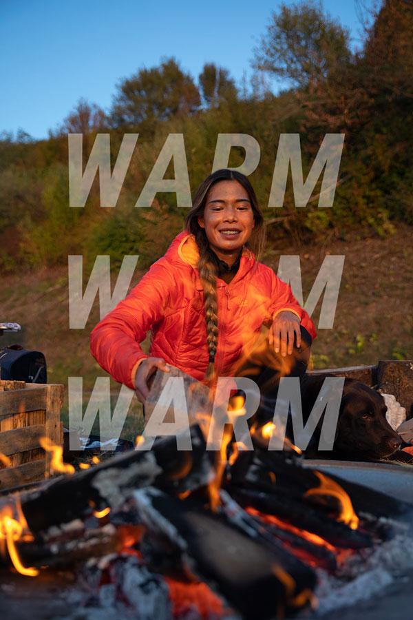 Femme au feu decamp avec une veste d'hiver