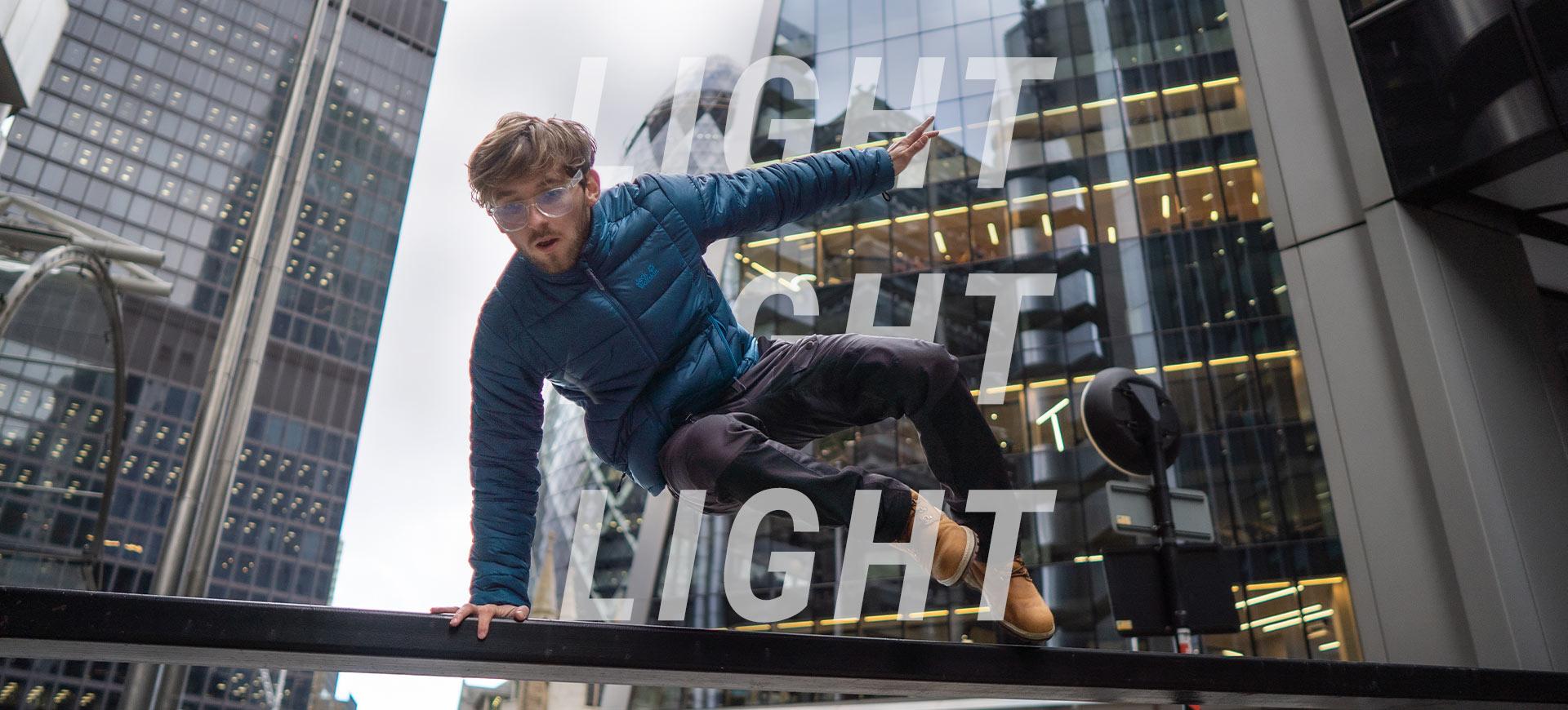 Homme saute par-dessus labarrière
